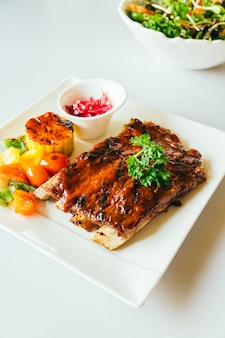 豚カルビのグリル、バーベキューソース