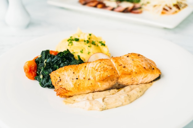 サーモン肉のグリルステーキ、野菜とソース