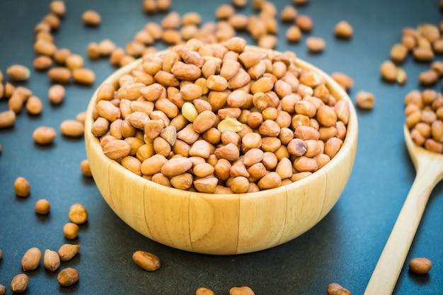 木製のボウルにピーナッツ
