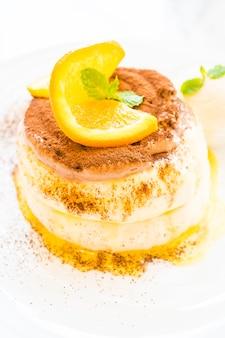 上にオレンジ色のパンケーキ