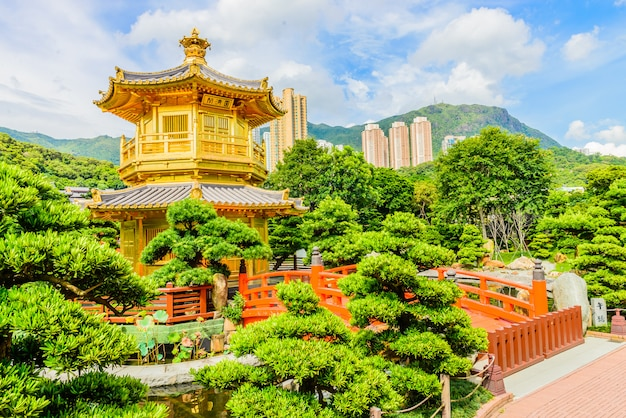 香港の公園でのゴールドチャイニーズパビリオン