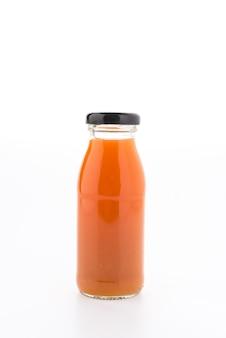白い背景で隔離のオレンジジュースの瓶