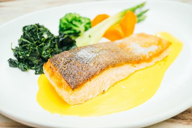 Стейк из мяса филе лосося в белой тарелке
