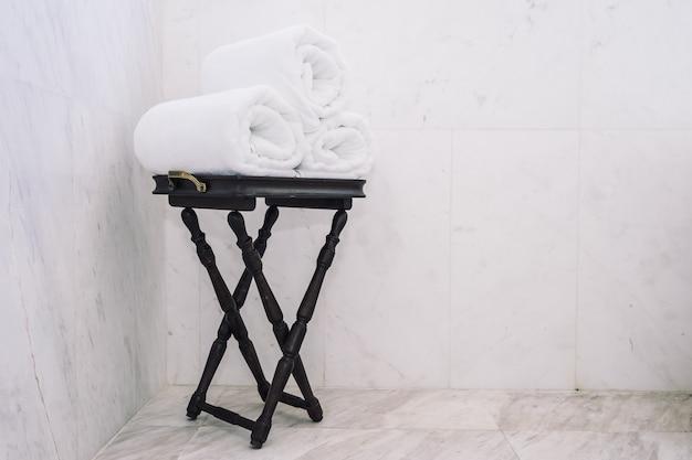 Белое банное полотенце на столе