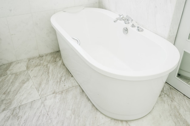 バスルームのインテリアの美しい豪華な白いバスタブの装飾