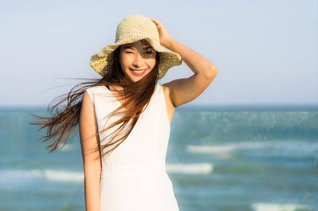 Женщина портрета красивая молодая азиатская счастливая и улыбка на море и океане пляжа