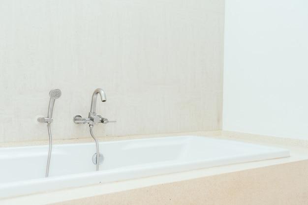 Красивый роскошный белый декор интерьера ванной комнаты