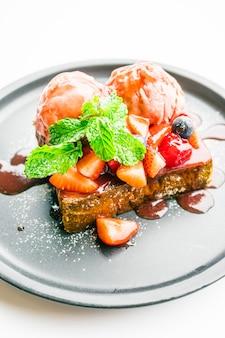 イチゴとジャムと蜂蜜のトーストと甘いデザート