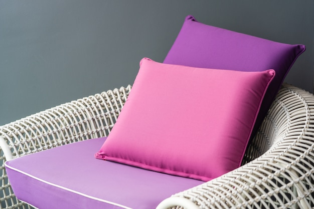 ソファの椅子の上に快適な枕