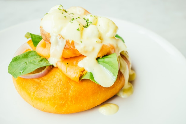 Хлеб пончик с копченым лососем и яйцом бенедикта