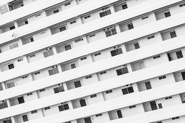 窓のバルコニーのパターンを持つ建物外観