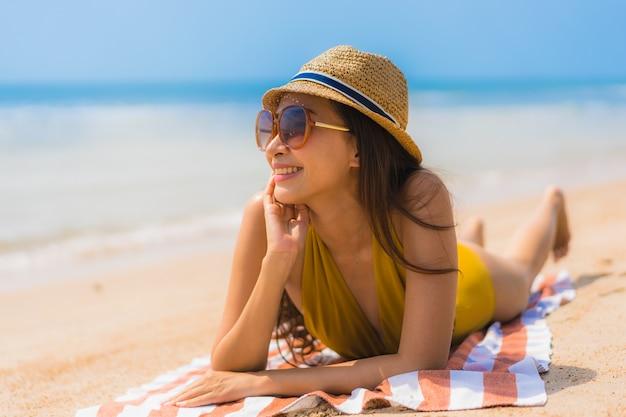 肖像画美しい若いアジア女性笑顔ビーチと海で幸せ