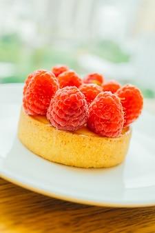 Сладкий десерт заварной крем с малиной сверху