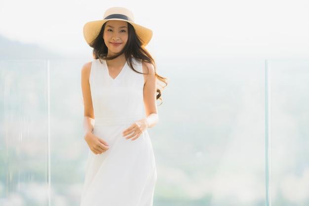 美しい若いアジアの女性の肖像画幸せな笑顔と気軽に