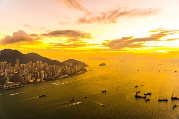 香港都市のスカイラインの美しいカラフルな夕日