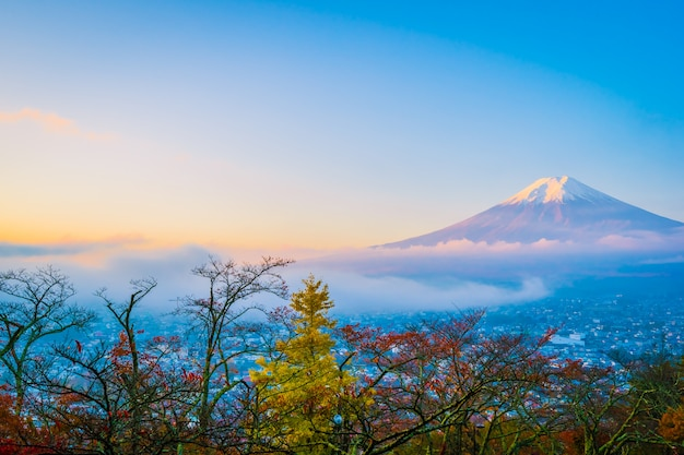 秋の紅葉のまわりの山麓の美しい景色