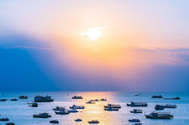 Много кораблей или лодок на море, океан залива паттайи и город в таиланде