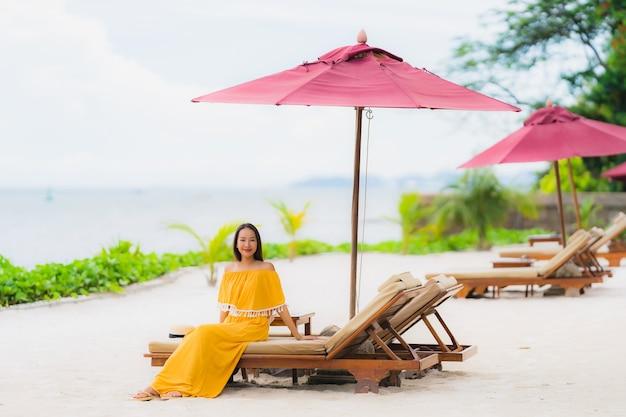 Шляпа носки женщины портрета красивая азиатская с досугом улыбки счастливым на океане моря пляжа в каникулах праздника