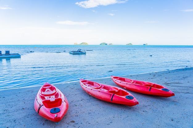 熱帯のビーチの海と海に赤いカヤック