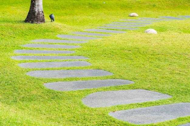 Красивая каменная дорожка, прогулка и бег по саду