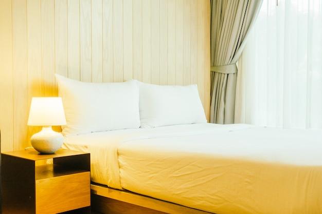 Белая подушка на кровати