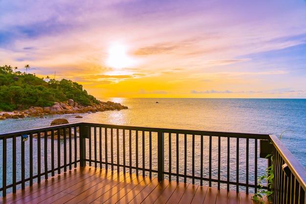 Красивый открытый тропический пляж моря вокруг острова самуи с кокосовой пальмой и другими во время заката