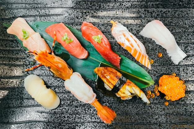 生と新鮮なサーモンマグロのエビと他の寿司