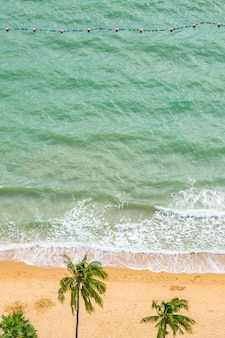 熱帯のビーチの海の美しい空撮