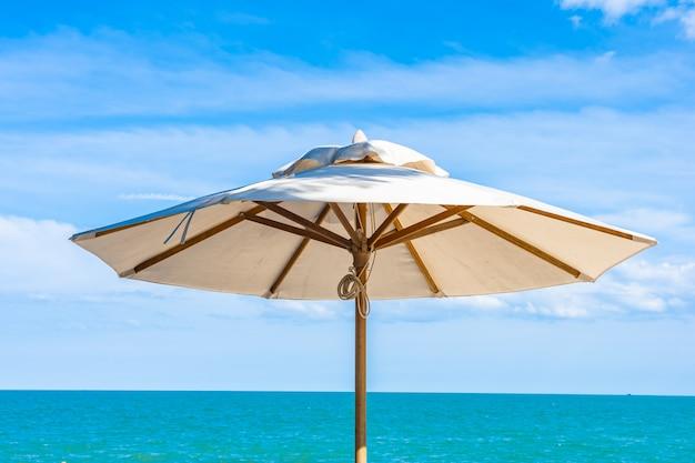 Красивый зонт и стул вокруг пляжа море океан с голубым небом для путешествий
