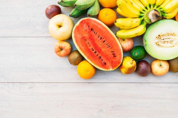リンゴバナナオレンジなどのミックスフルーツ