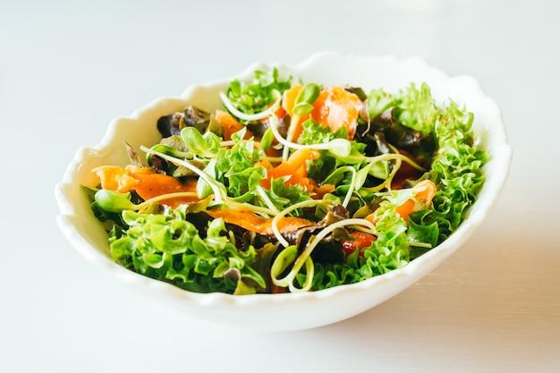 スモークサーモンと野菜サラダ