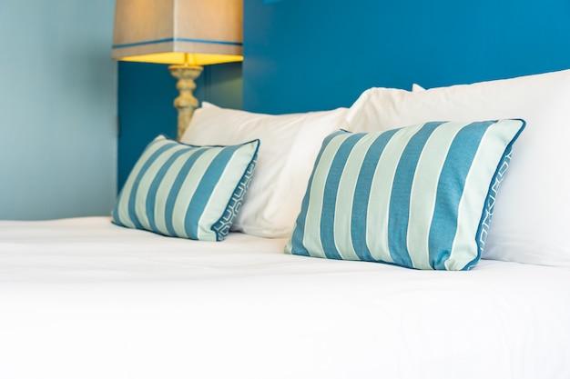 ベッド装飾インテリアに白い快適な枕