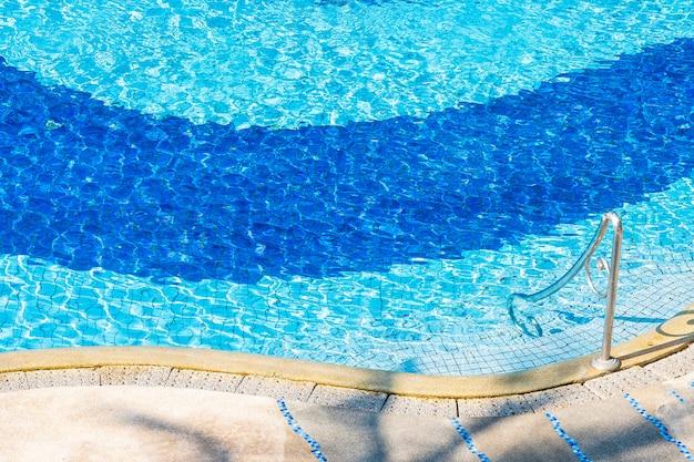 休日の休暇のためのホテルリゾートのスイミングプールの美しい屋外の風景