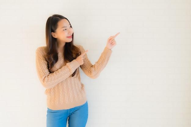 Улыбка женщины портрета красивая молодая азиатская счастливая в много действие