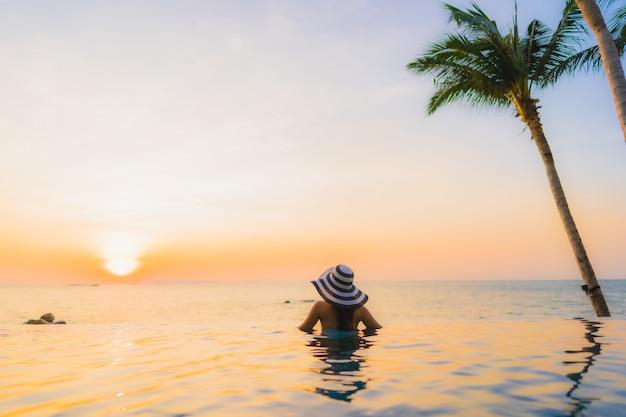 美しいビーチの風景に若いアジアの女性