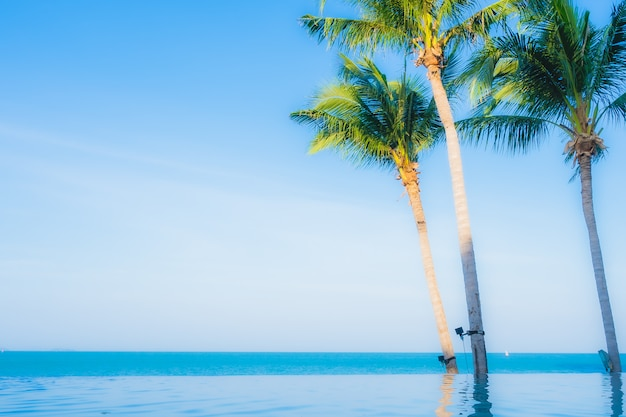 Красивый ландшафт открытого бассейна в отеле-курорте