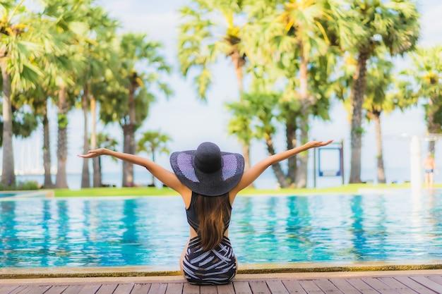 スイミングプールで若い女性