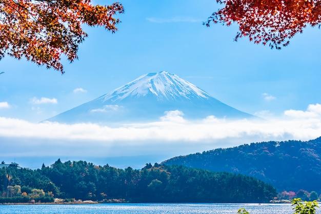 Красивый пейзаж горы фудзи с кленовым листом вокруг озера