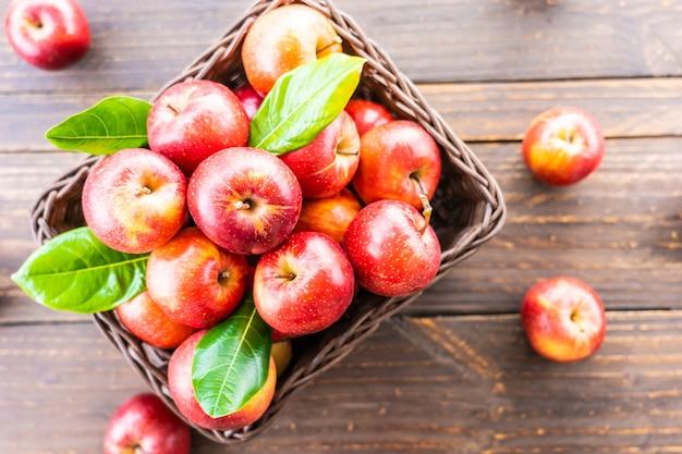かごの中の赤いリンゴ