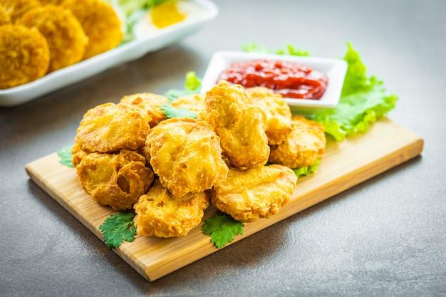 Жареное во фритюре куриное мясо называется самородок с томатным или кетчуповым соусом