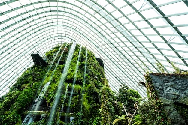 Красивая архитектура здания цветочного купола сада и тепличного леса для путешествий