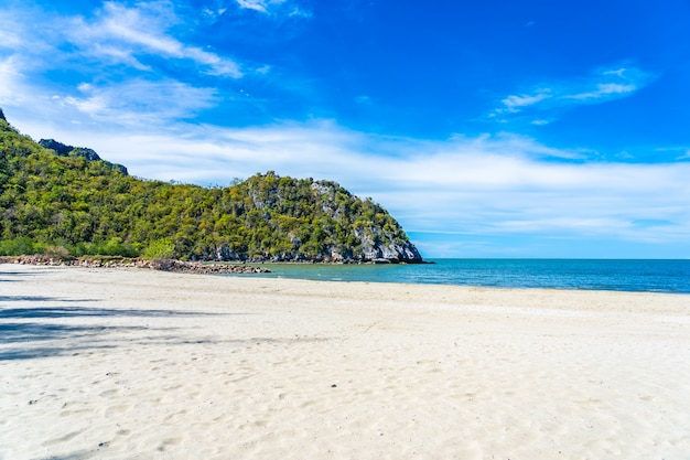 Красивый открытый тропический ландшафт природы морского океана и пляжа в пранбури