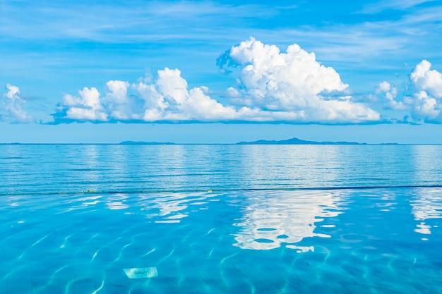 Красивый открытый бассейн в курортном отеле, около моря, океана, пляжа.