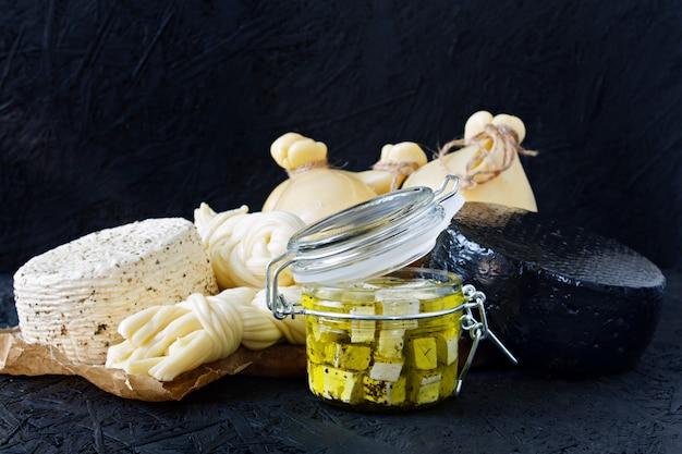 黒い背景にチーズの種類。チーズの盛り合わせ