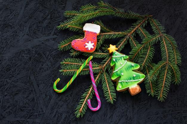 ジンジャーブレッドと黒の背景にキャンディー。上から見る。新年とクリスマス