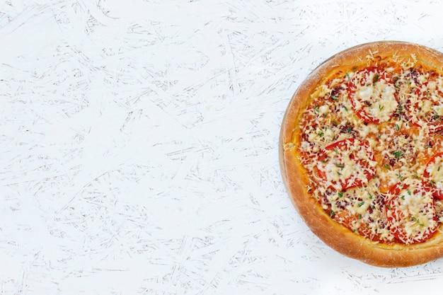 白い背景の上のピザ。上からの眺め。碑文の場所