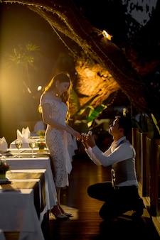 彼女に結婚するように頼むためにリングボックスを開けなさい!