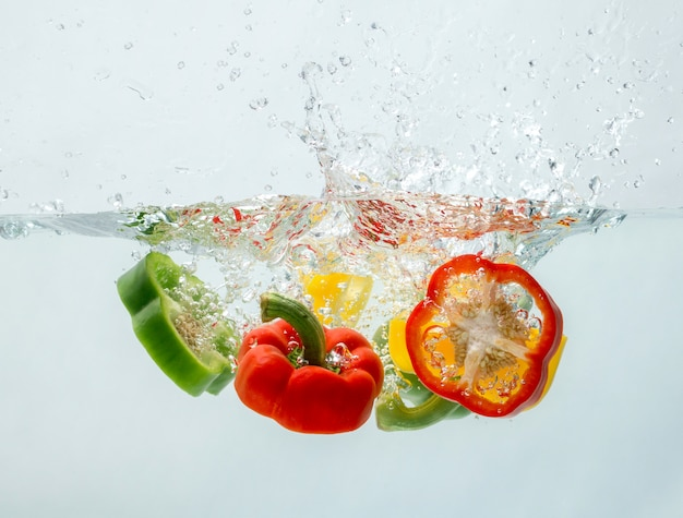 Падающий в воду болгарский перец выглядит так свежо.