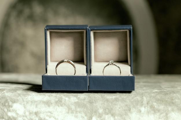 結婚式のカップルリングをボックスに配置