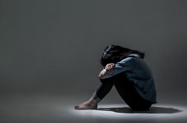 アジア人女性がうつ病に苦しんでいます。